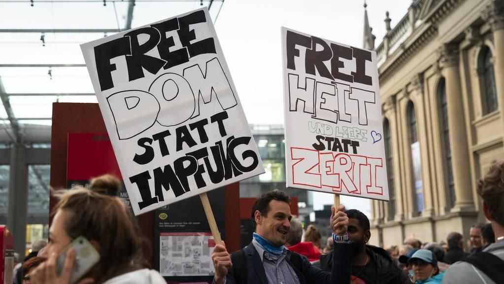 Die Impffrage wird auf Demonstrationen der Gegner der Corona-Massnahmen immer wieder thematisiert.
