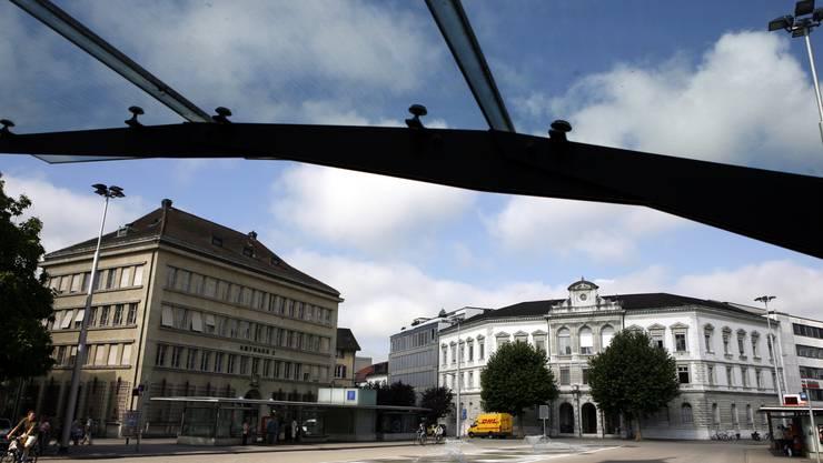 Das Amtsgericht Solothurn-Lebern (links) verurteilte zwei 24-jährige Schweizer zu bedingten Freiheitsstrafen von 14 und 24 Monaten.