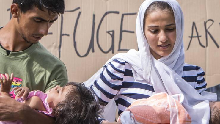 Asylsuchende sollen künftig einen Ausgangsschein bei sich tragen müssen, wenn sie das Empfangszentrum verlassen. Im Bild Asylsuchende am Bahnhof Buchs SG. (Archiv)
