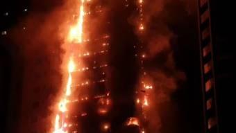 Bei dem Brand im Abbco Tower in der unweit von Dubai gelegenen Stadt Schardscha sind neun Menschen leicht verletzt worden. (Screenshot)