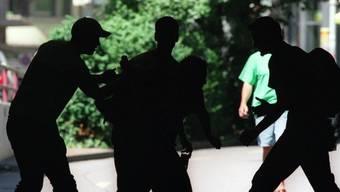 Die Unbekannten versuchten, den Rucksack zu rauben und schlugen auf das Opfer ein. (Symbolbild)