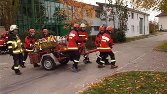 Ein Teil der Jugendfeuerwehr Gäu zeigt Einsatz mit dem Schlauchwagen; begleitet von Wm Fernando Probst, dem Verantwortlichen der Jugendfeuerwehr Härkingen.