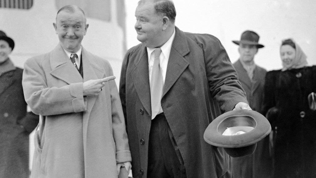 Stan Laurel (l) und Oliver Hardy, hier 1947 an Bord der Queen Elizabeth, kommen in einem neuen Film zu Ehren (Archiv)