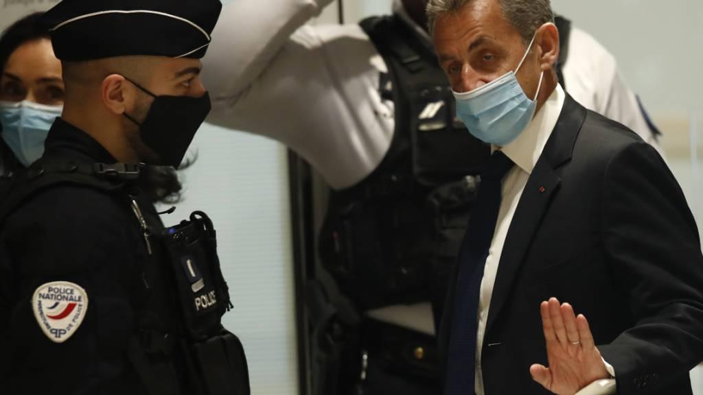 dpatopbilder - Nicolas Sarkozy, ehemaliger Präsident von Frankreich, trifft im Gerichtssaal ein. Im aufsehenerregenden Prozess gegen Frankreichs ehemaligen Präsidenten Sarkozy wird an diesem Montag das Urteil erwartet. Der 66-Jährige muss sich mit zwei weiteren Beschuldigten wegen mutmaßlicher Bestechung und unerlaubter Einflussnahme verantworten. Foto: Michel Euler/AP/dpa
