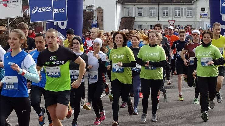 Kurz nach dem Start sind viele dieser Läuferinnen und Läufer noch locker drauf.