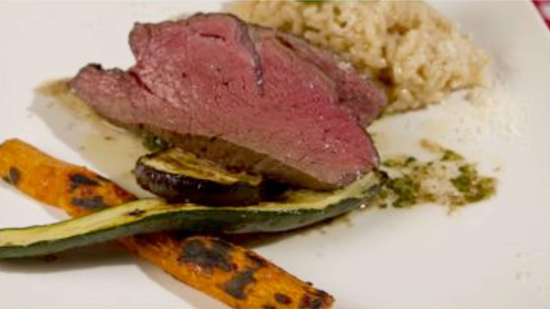 Niedergar-Rindsfilet auf Grillgemüse an Kräutervinaigrette mit Weissweinrisotto