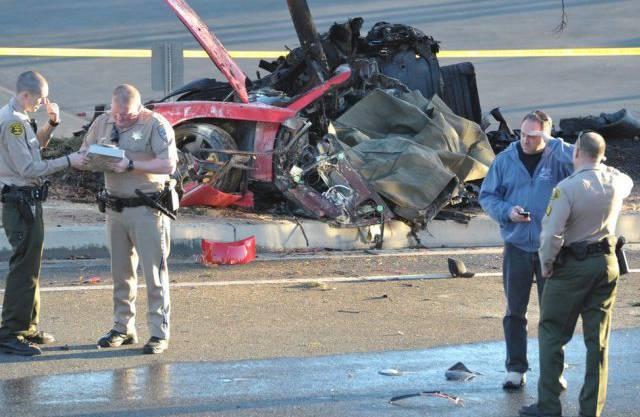 Die Unfallstelle mit dem total demolierten Auto nahe Los Angeles