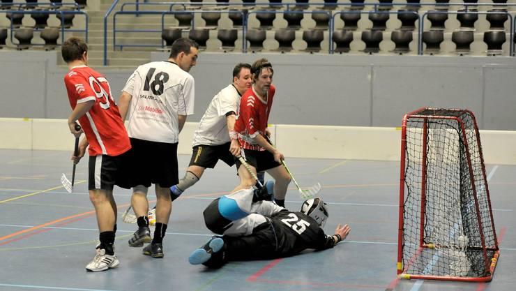 Treffsicher: Lorenz Kern (rechts, in rot) erzielte das erste Tor gegen den UHC Laupen.