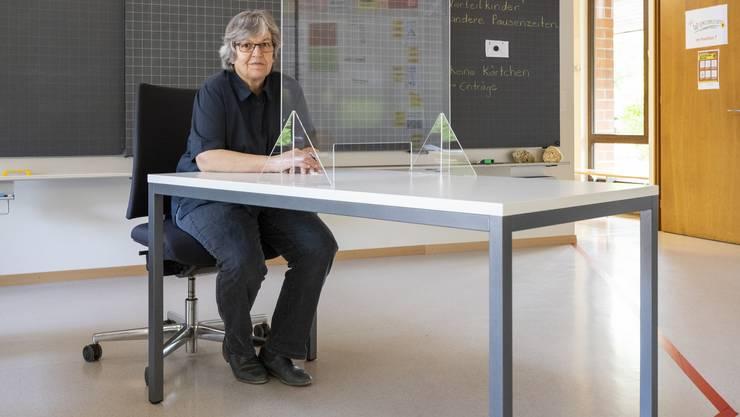 Ab heute sitzt die Lehrerin hinter der Scheibe: Elisabeth Abbassi in einem Schulzimmer in Möriken-Wildegg.