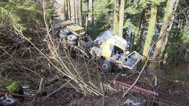 32-Tonnen-Holzhäcksler in Hirzel verunfallt