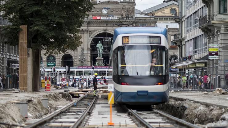 Blick auf die Baustelle an der Bahnhofstrasse in Richtung Hauptbahnhof: Die letzte Etappe der im vergangenen Jahr begonnenen Bauarbeiten wird am 20. Oktober abgeschlossen.