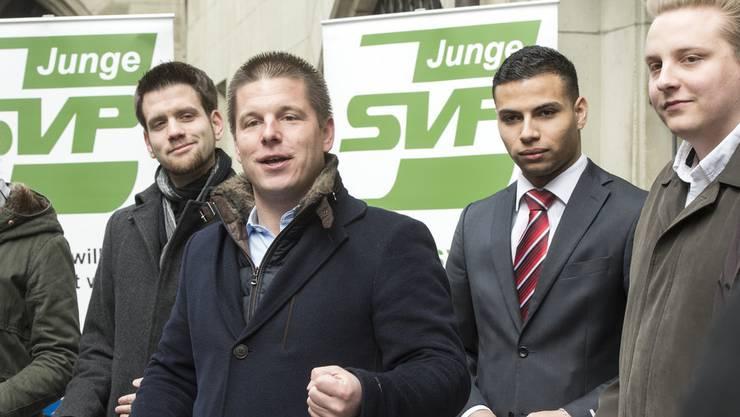 Nils Fiechter (rechts) und Adrian Spahr (2.v.r.) lauschen den Worten von SVP-Nationalrat Erich Hess (Archivbild 2016).