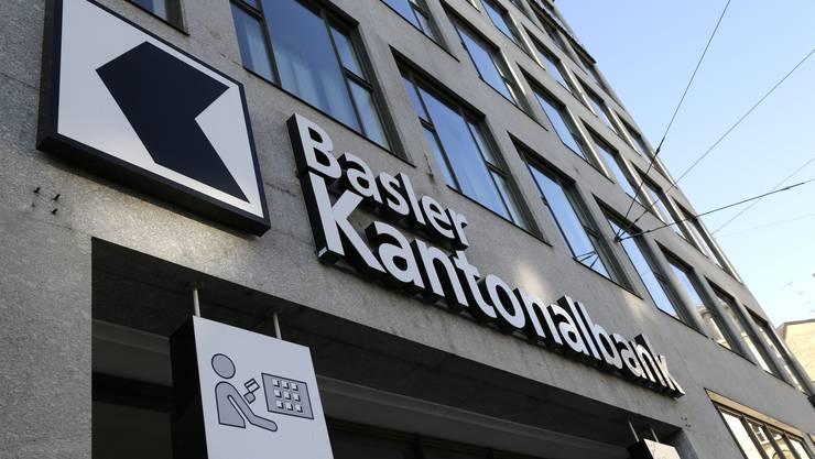 Aufgrund der Staatsgarantier, die der Kanton Basel-Stadt der BKB gewährt, kann diese günstiger am Kapitalmarkt finanzieren. Um Wettbewerbsverzerrungen  zu vermeiden, muss die Bank dem Kanton diese Staatsgarantie abgelten.