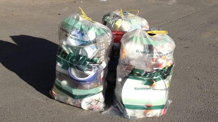 Mit solchen Säcken wird Kunststoff respektive Plastik gesammelt und recycelt.