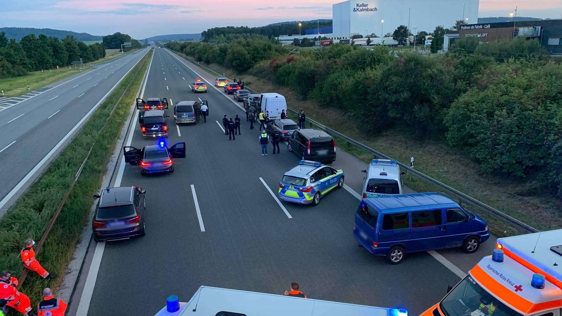 Die betroffene Autobahn wurde für den Verkehr komplett gesperrt.