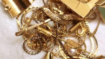 Der Mann wollte mehrere Plastiksäcke mit Goldschmuck und türkischen Goldmünzen über die Grenze schmuggeln. (Symbolbild)