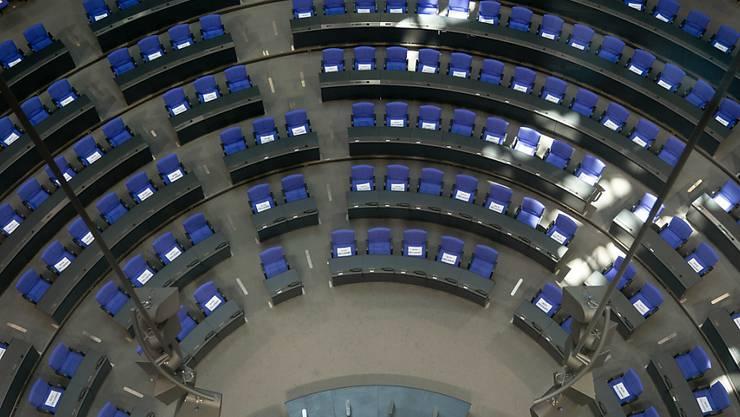 """""""Bitte nicht benutzen""""-Schilder auf den Sitzen im deutschen Parlament: Bundestag und Bundesrat beraten unter speziellen Bedingungen über einen Nachtragsetat zur Finanzierung der Corona-Hilfspakete."""