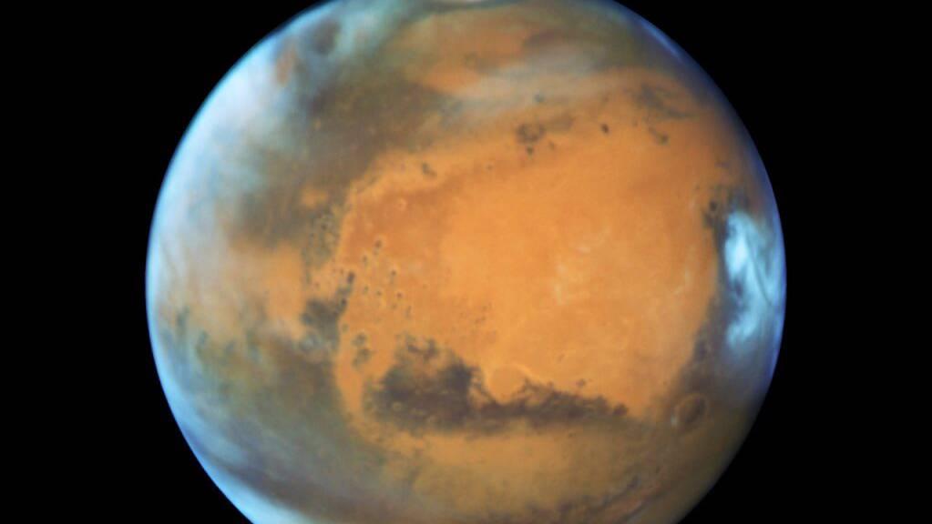 Ein Fotos des Mars, aufgenommen mit dem Hubble-Teleskop: Der rote Planet besass früher wohl nur einen Mond. Aus diesem entstanden später durch eine katastrophale Kollision mit einem anderen Himmelskörper zwei kleine Monde: Deimos und Phobos. (Archivbild)