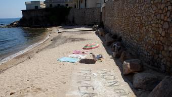 Der Strand vor der Villa des saudischen Königs ist trotz Protesten für die Bevölkerung gesperrt.