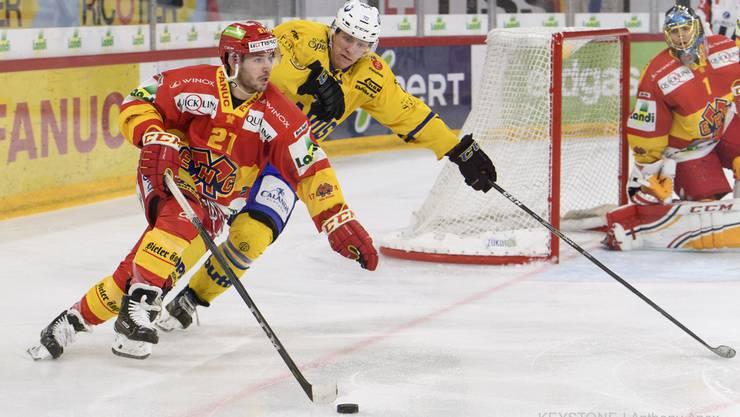 Biels Jason Fuchs, links, und Davos Enzo Corvi, rechts, kämpfen um den Puck, im ersten Eishockey Playoff-Viertelfinalspiel der National League zwischen dem HC Biel und dem HC Davos