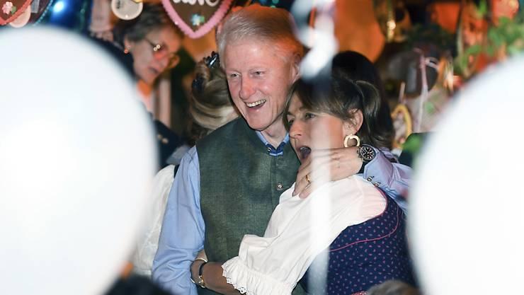 Der ehemalige US-Präsident Bill Clinton hat am Freitag mit anderen Gästen auf dem Oktoberfest gefeiert.