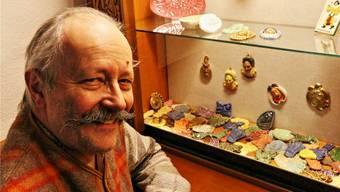 Ehrenzunftmeister Felix Klingele bewahrt die Fasnachtsplaketten in einer Vitrine in der Zunftstube auf. Dennis Kalt