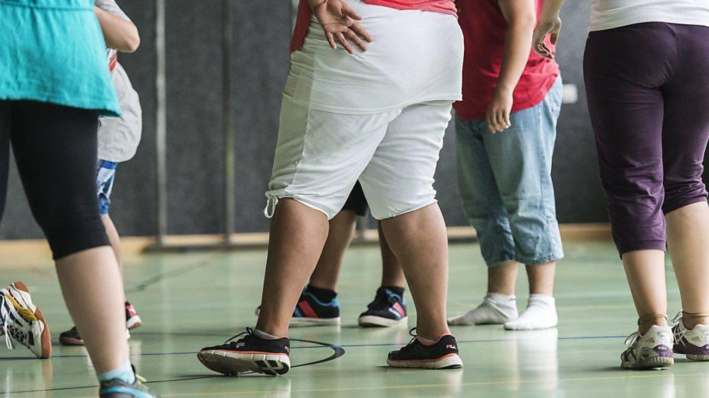 Mehr Bewegung und gesündere Ernährung: Es brauche weitere Präventionsmassnahmen gegen Übergewicht bei Kindern und Jugendlichen betont Gesundheitsförderung Schweiz. (Symbolbild)