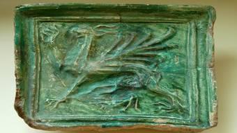 Ein Fund aus dem 1634 zerstörten Dorf Höflingen: Eine Ofenkachel mit Greif. zvg