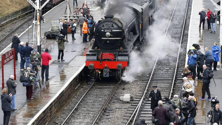 """Die legendäre Dampflokomotive """"Flying Scotsman am Freitag vor begeisterten Fans im englischen Ort Bury."""