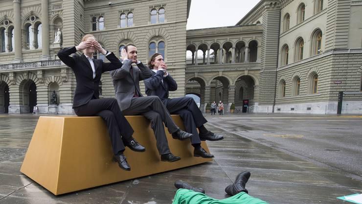 """Die """"Konzernverantwortungsinitiative"""" verlangt, dass Schweizer Unternehmen eine Sorgfaltsprüfung zu Menschenrechten und Umweltschutz einführen. Im Bild eine symbolische Aktion gegen Menschenrechtsverletzungen beim Goldhandel. (Archiv)"""