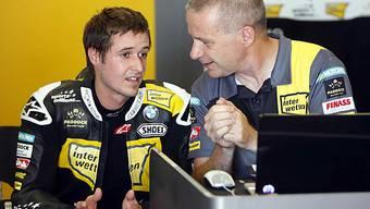 Tom Lüthi bespricht sich mit seinem Mechaniker