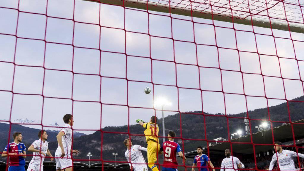 Sions Goalie Kevin Fickentscher klärt einen Angriff der Basler