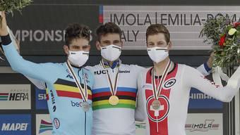 Das WM-Podest im Zeitfahren: Weltmeister Filippo Ganna (Bildmitte) aus Italien wird vom zweitplatzierten Belgier Wout van Aert (links) und dem Bronze-Gewinner Stefan Küng flankiert