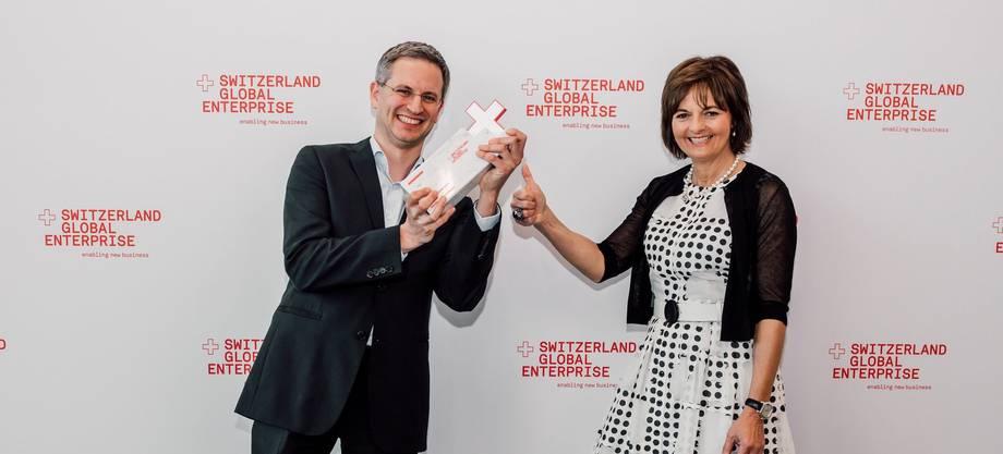 Raimundo Sierra, Mitgründer und Co-CEO von Virtamed, erhält den Export Award von Switzerland Global Enterprise (S-GE). Überreicht wurde ihm der Preis von der S-GE-Verwaltungsratspräsidentin und ehemaligen CVP-Bundesrätin Ruth Metzler-Arnold.