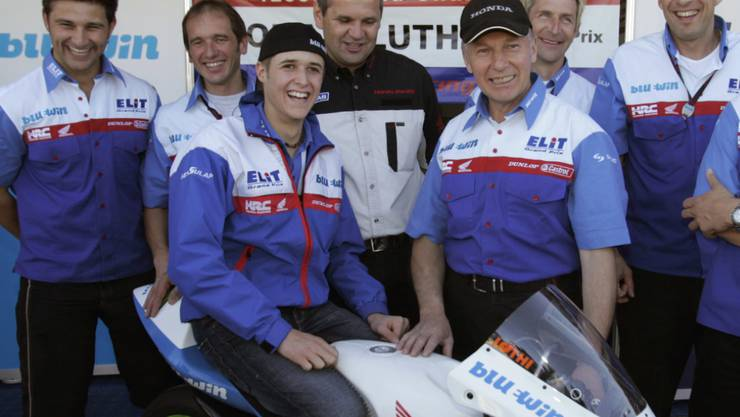 Tom Lüthi nach dem Gewinn des WM-Titels zusammen mit der Elit-Crew