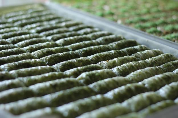 Diese Baklava ist grünlich, weil es viele Pistazien drin hat.