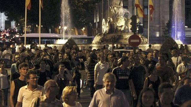 Tausende Menschen versameln sich in Madrid spontan aus Protest gegen die neuen Sparpläne der Regierung