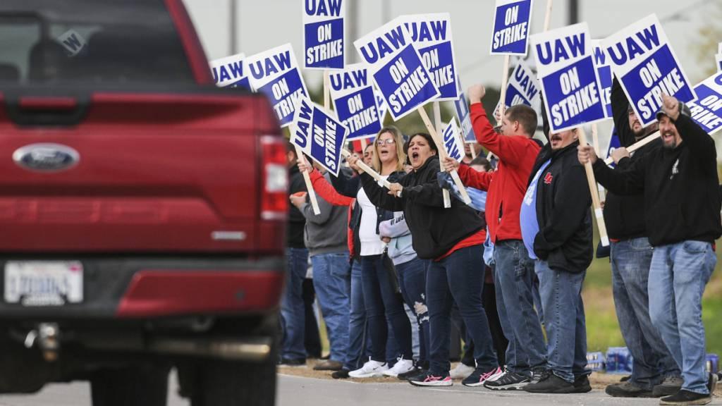 Über 10'000 Angestellte von Traktorbauer Deere & Company streiken