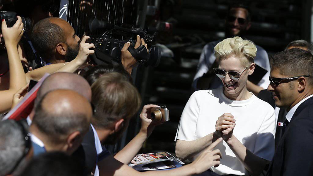 """Tilda Swinton beim Autogrammverteilen am Festival in Venedig. Dort läuft ihr neuster Film """"A Bigger Splash""""."""