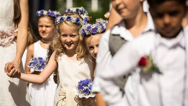 Traditionell blau-weiss-farbener Blumenschmuck überwiegt bei der Lenzburger Jugend immer noch.