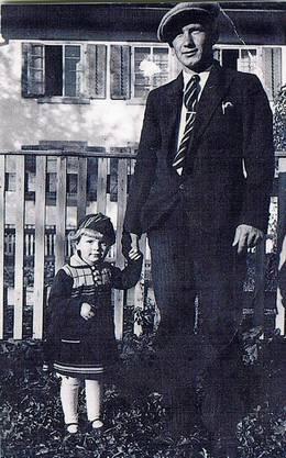 Charles Emil Fischer posierte 1935 stolz mit seiner Tochter Charlotte daheim in Dottikon.