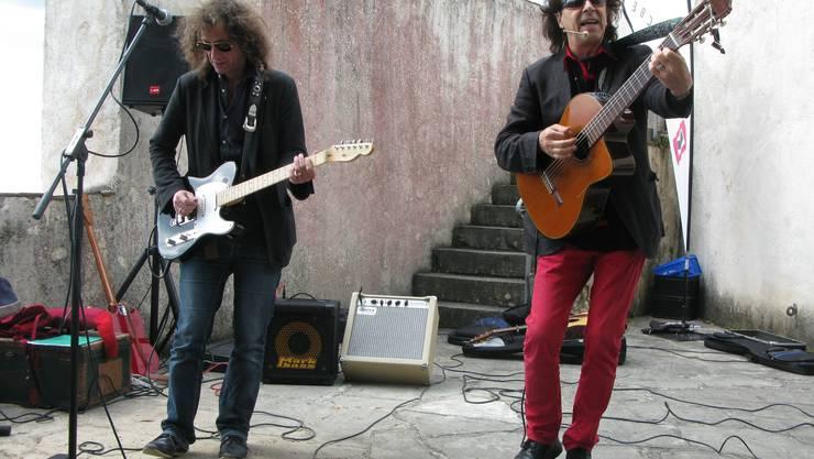 Der Liedermacher Zoss singt seinen Hit «Xenegugeli»