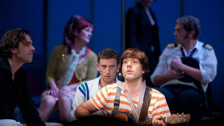 In der «Bye Bye Bar» füllt das Schauspielensemble um Rolf Sommer (hinten) und Adrian Stern (vorne) eine triste Flughafenhalle mit Leben und Träumen.