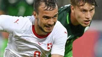 Harter Kampf im Aarauer Regen: Der Schweizer Torschütze Jérémy Guillemenot duelliert sich mit dem Slowenen Matija Rom