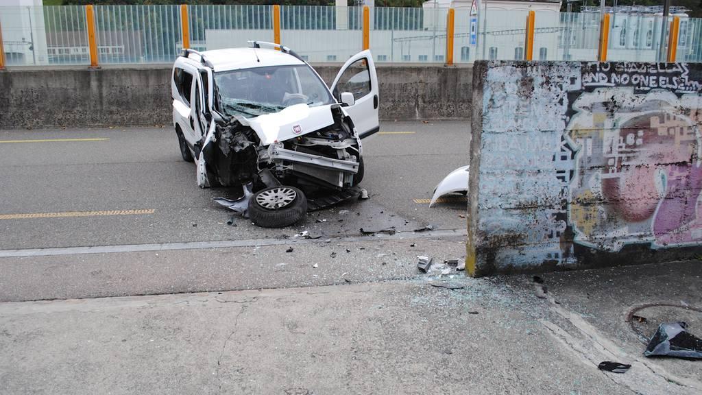 Frontal mit Mauer kollidiert: 55-jähriger Autofahrer nach Selbstunfall im Spital