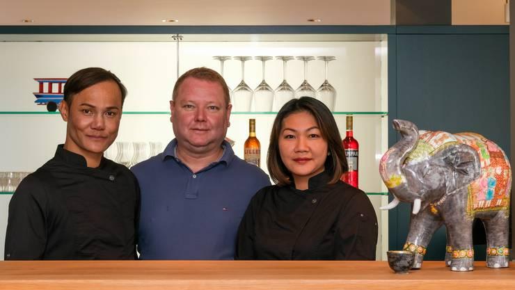 Piyawat Prommee, Peter Eichenberger und Fay Eichenberger (v.l.) führen das neue Thai-Restaurant «Lemon-Chili» in Bremgarten.