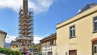 """Der Hochkamin mit dem Schriftzug """"ANNA"""" ist am Donnerstag in Glarus/Ennenda enthüllt worden."""