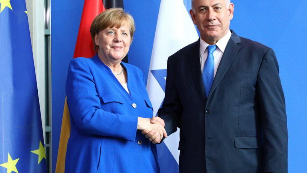 """""""Freunde und Partner"""": Handschlag zwischen Kanzlerin Angela Merkel und dem israelischen Regierungschef Benjamin Netanjahu in Berlin."""