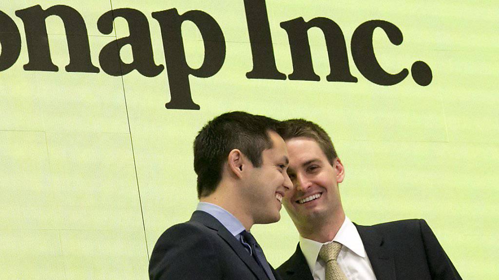 Die Snapchat-Gründer Bobby Murphy (links) und Evan Spiegel gaben Aktien ohne Stimmrecht aus, um auch nach dem Börsengang die Kontrolle über das soziale Netzwerk zu behalten. Bei Wall-Street-Anlegern kommt das nicht nur gut an. (Archivbild)