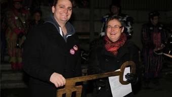 Ramon Zumstein von den zünftigen Bettlachern erhält von Gemeindepräsidentin Barbara Leibundgut den Schlüssel zum Gemeindehaus.